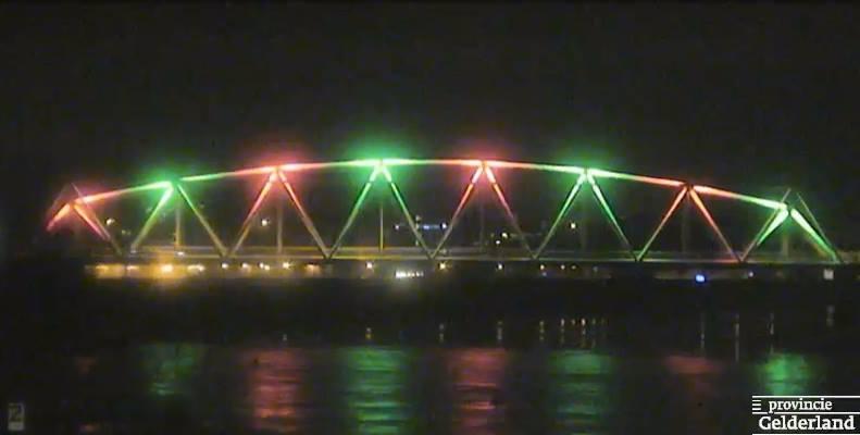 Westervoortse brug verlicht in kerstkleuren