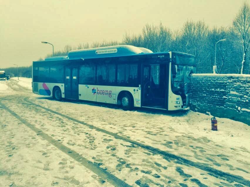 Bus rijdt tegen muur aan op de Heilweg