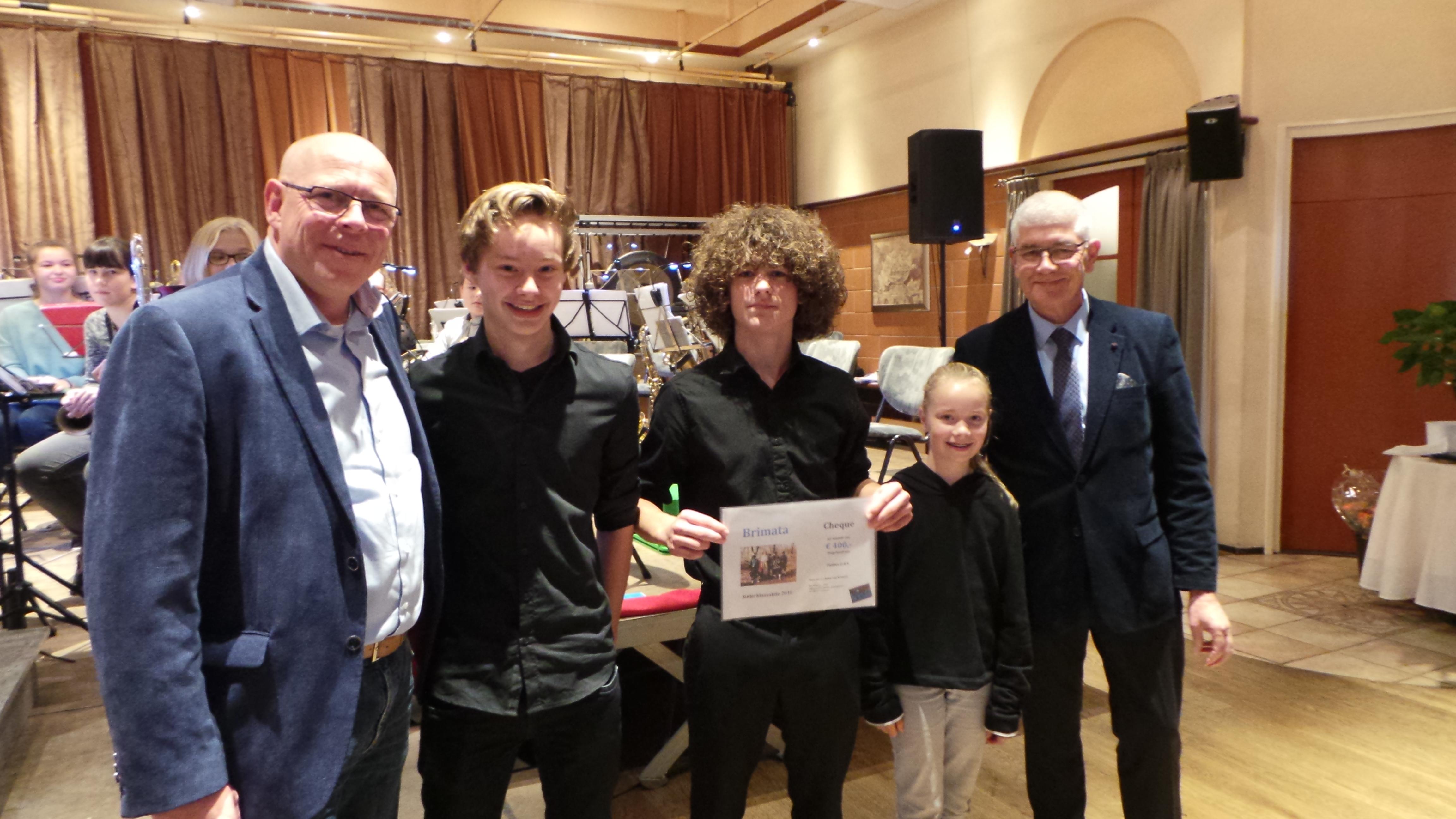 Cheque voor OBK jeugd Westervoort van stichting Brimata