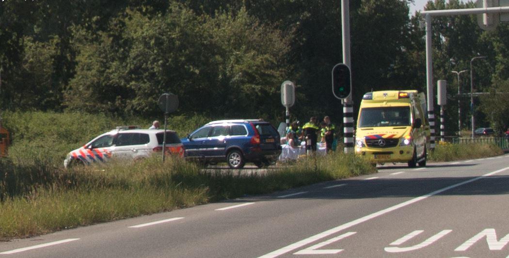 Scooterrijdster gewond na aanrijding op Brugweg