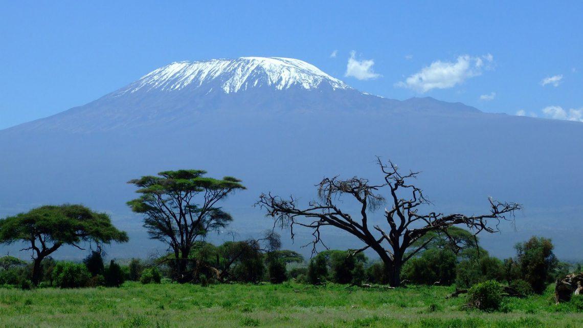 Peter uit Westervoort beklimt hoogste berg van Afrika om duizenden oorlogskinderen te helpen