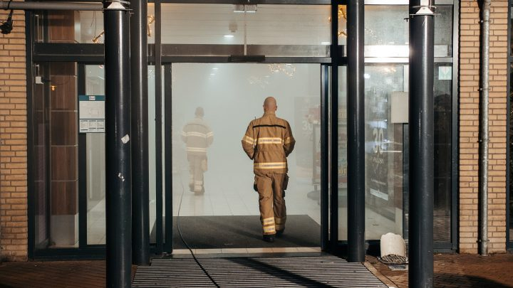 Storing met mistgenerator zorgt voor mistoverlast in winkelcentrum.