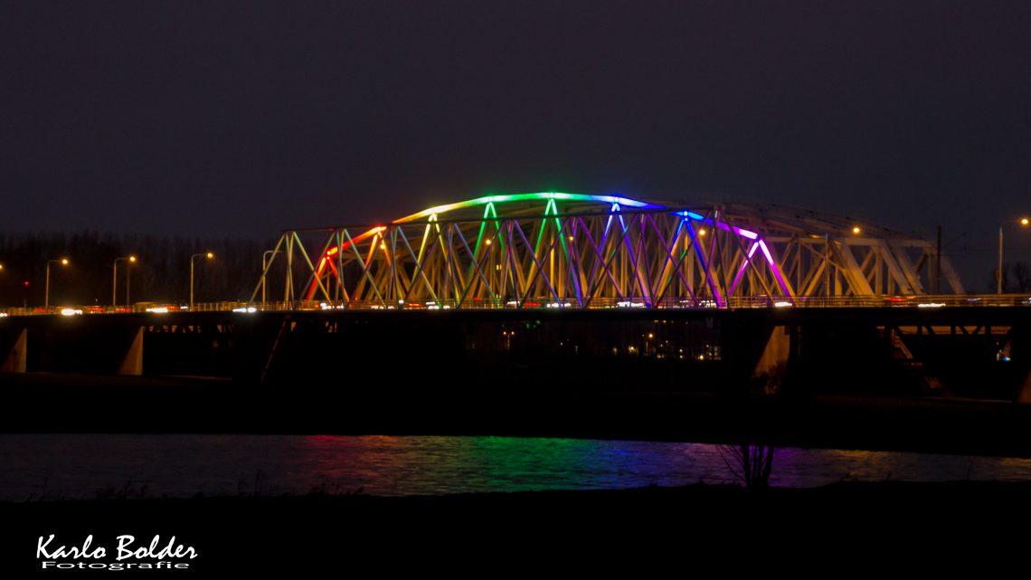 Westervoortse brug in regenboogkleuren naar aanleiding van Nashville-verklaring