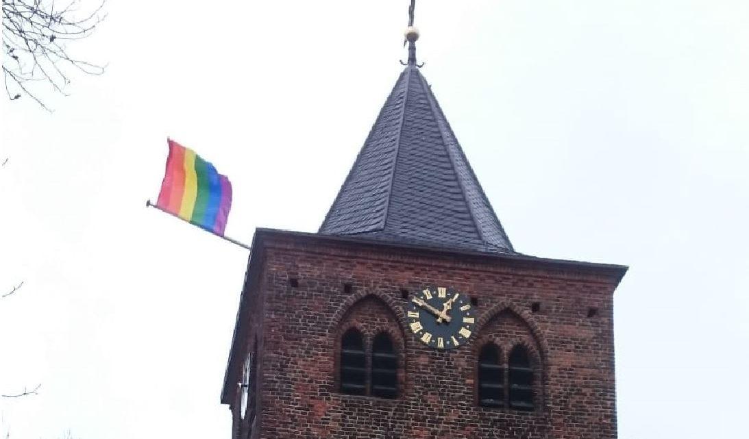 Regenboogvlag op de Werenfriedkerk