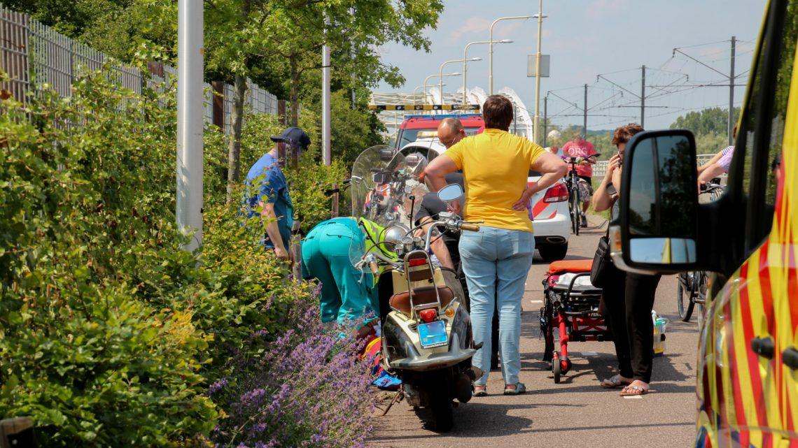 2 scooters botsen op elkaar op de Brugweg