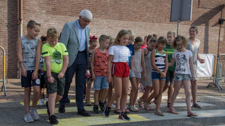 Wethouders en schoolkinderen steken samen over naar een duurzame toekomst