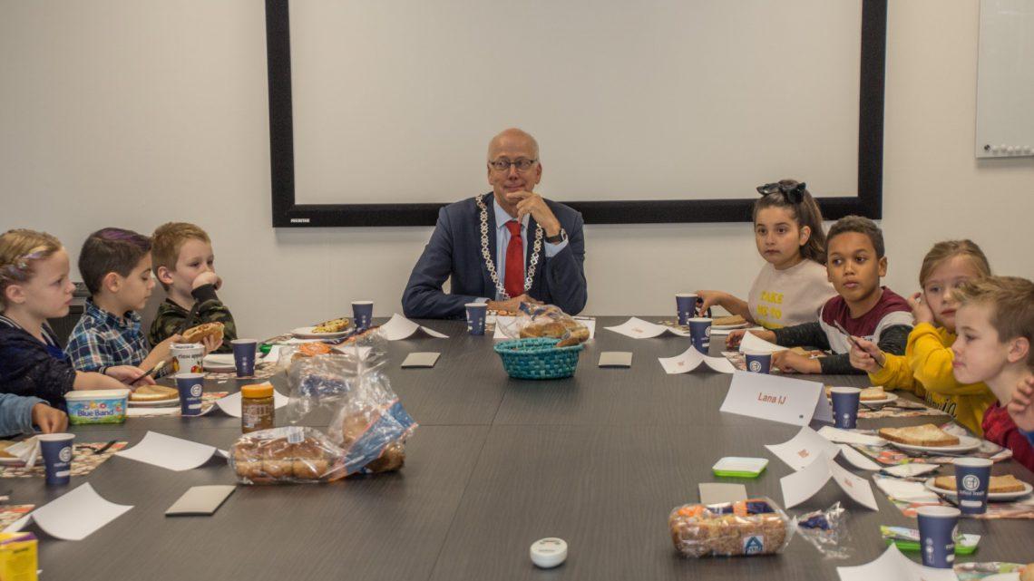 Kinderen van IKC het Ravelijn ontbijten bij de burgemeester