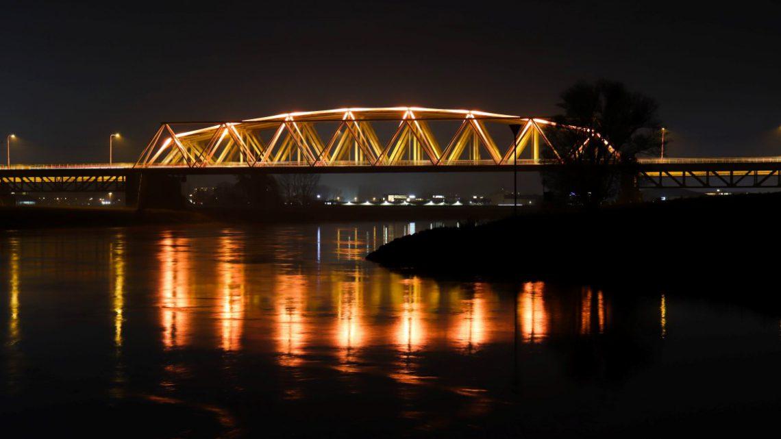 Westervoortse brug oranje verlicht in het teken van geweld tegen vrouwen