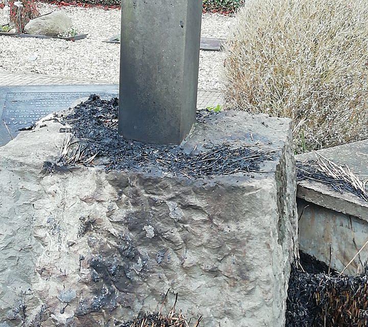 Kruis op kerkhof achter RK kerk in Westervoort in brand gestoken