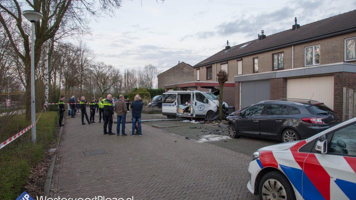Twee gewonden en flinke ravage op de Rivierweg na onwelwording