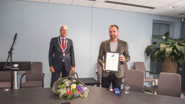 Timo Riphagen ontvangt de Gemeentespeld van burgemeester Arend van Hout!