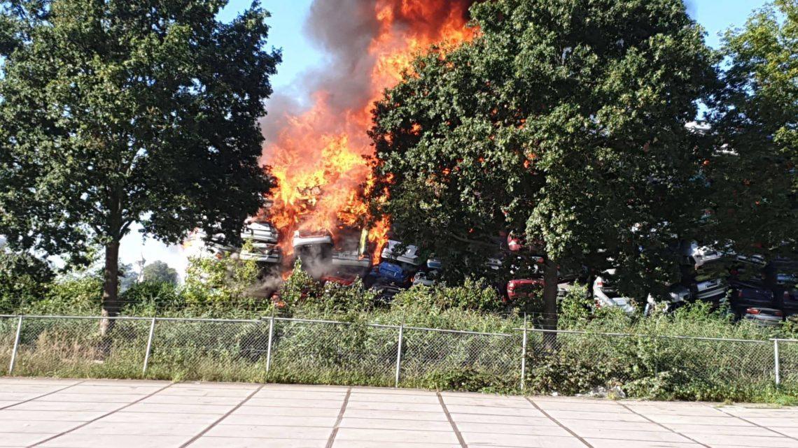 Autosloopbedrijf volledig in as na grote brand