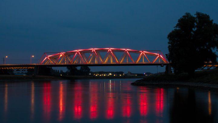 Ook de Westervoortse brug kleurde rood