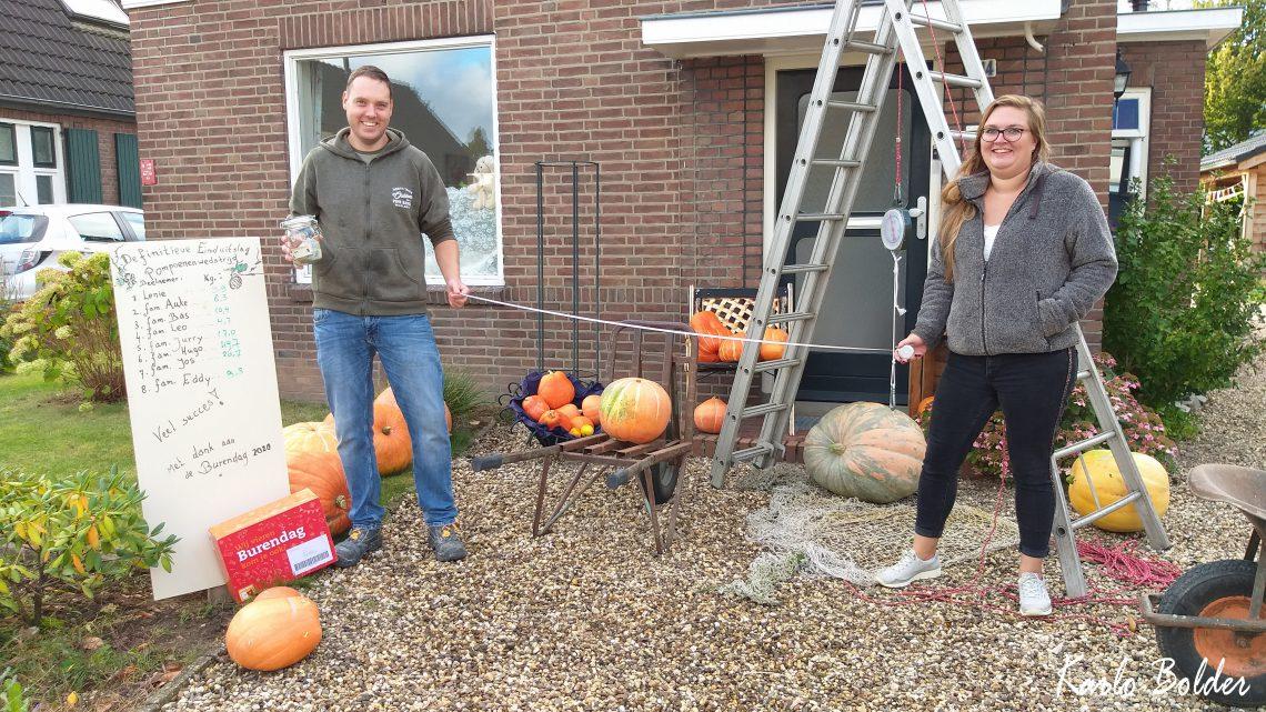 de familie Hugo heeft de zwaarste pompoen in de Vredenburgstraat