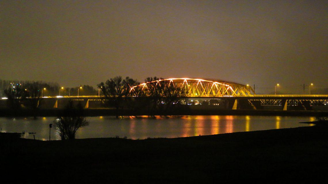 Westervoortse brug oranje verlicht voor Orange the World