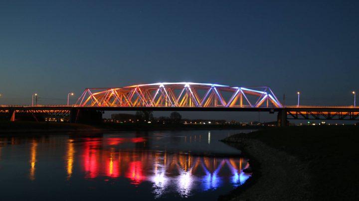 Westervoortse brug verlicht i.v.m. herdenking operation Quick Anger