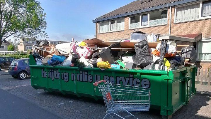 4 volle containers met afval met opruimactie in de Broeklanden