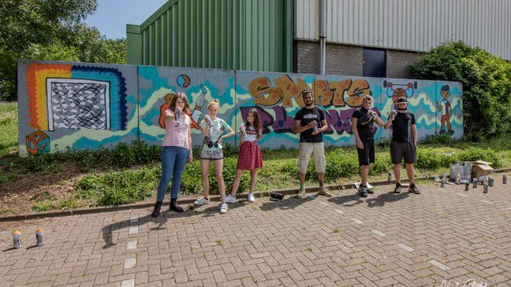 Jongeren fleuren troosteloze plekken op met fleurige graffiti