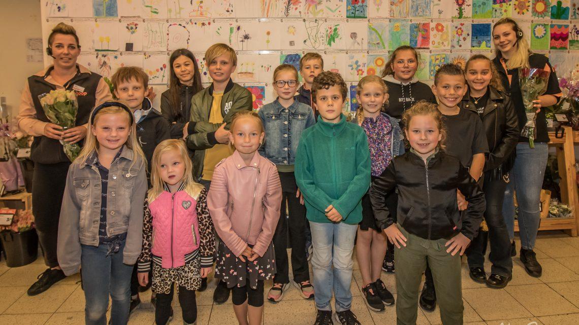 Leerlingen van IKC Het Ravelijn maken bloementekeningen voor bloemenafdeling COOP Westervoort