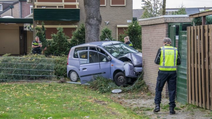 Automobilist rijdt onder invloed tegen schuurtje